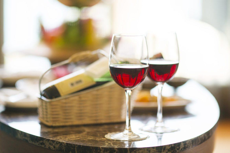 Em que posição devo guardar o vinho?