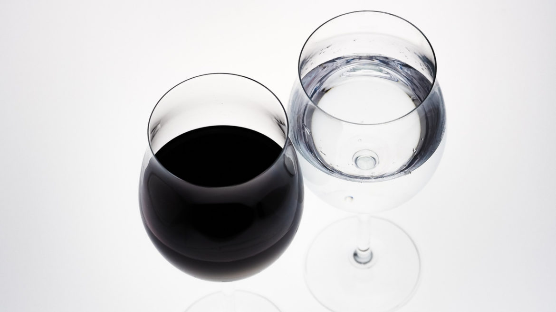 Só a água pode acompanhar o vinho? Por quê?