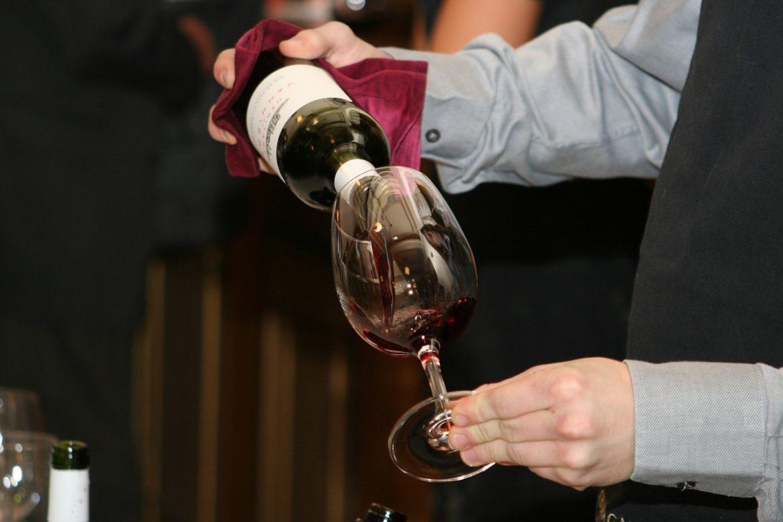 Como devo servir vinho em um jantar?