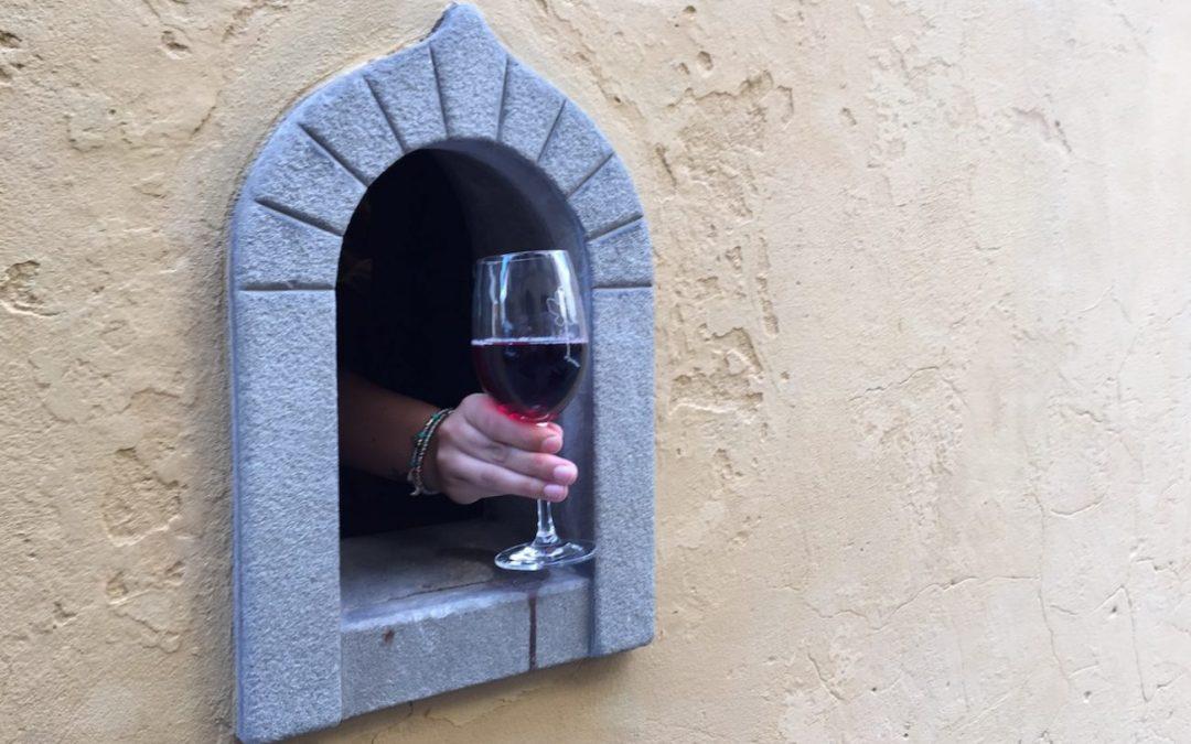 Itália - janelas de vinho históricas viram tendência por conta da Covid-19