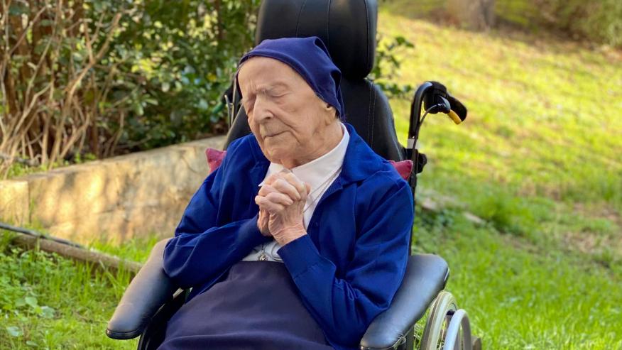 A pessoa mais velha da Europa bebe uma taça de vinho por dia